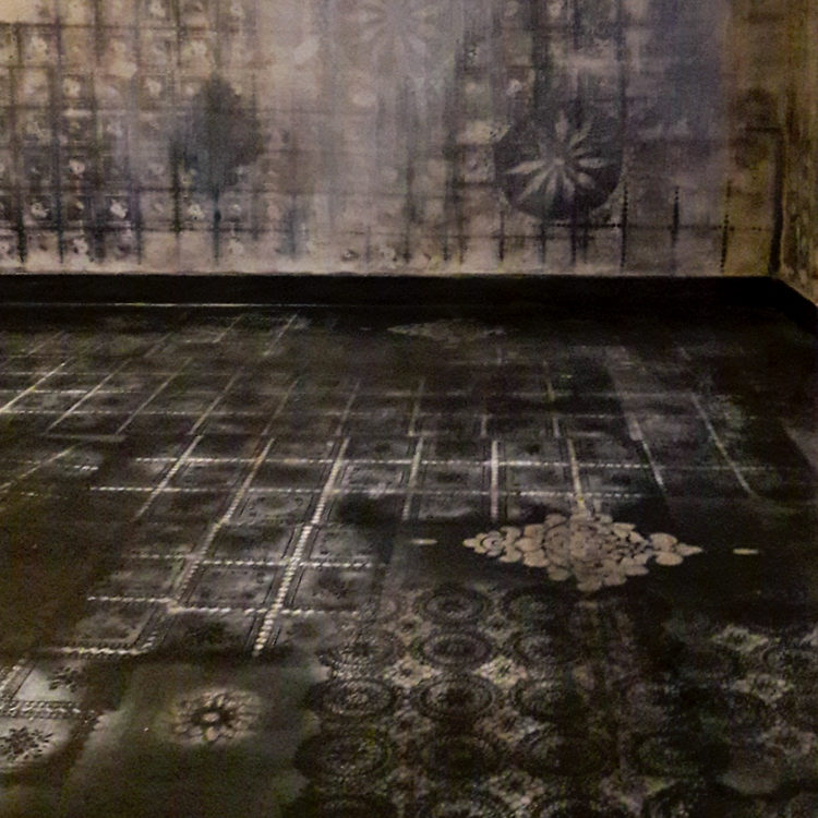 pavimentazione in resina con dettagli fatti a mano, pavimento decorativo