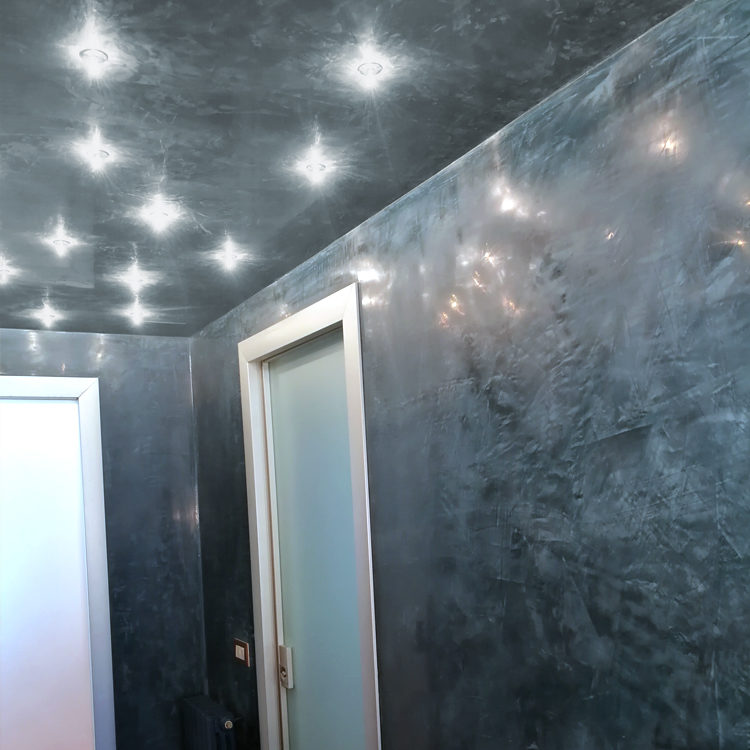 Le nostre finiture speciali e tailormade in calce e terre compatibili con ogni tipo di illuminazione