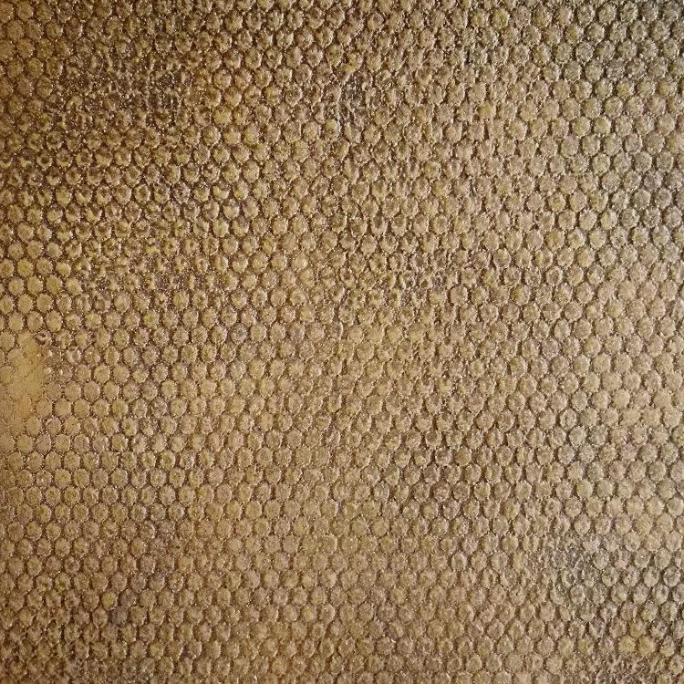 finitura speciale in bronzo fuso texturizzato, marmorino naturale satinato